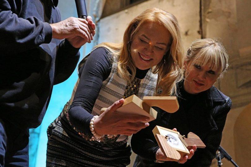 Dagmar Havlová představuje medaili Kurta Gebauera